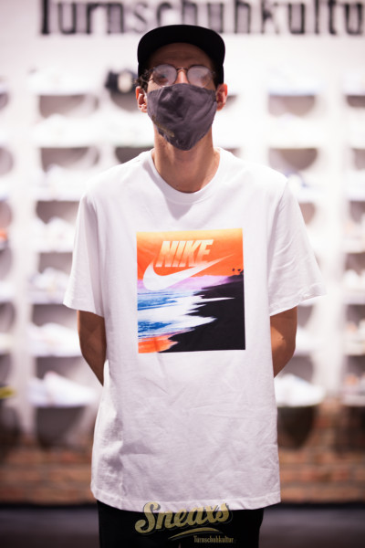 NIKE NSW SUMMER PHOTO TEE (CW0428-100)